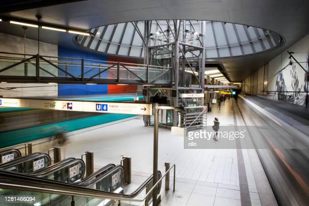 subway station platform messe-festhalle, frankfurt - hinweisschild stock-fotos und bilder