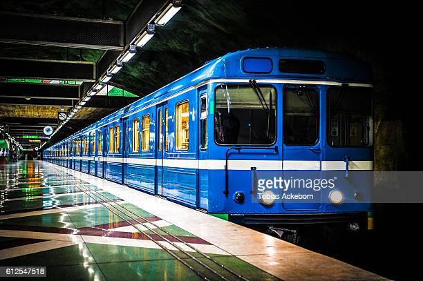 subway station with a train - 地下鉄のプラットホーム ストックフォトと画像