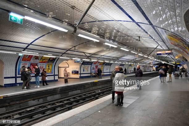 subway station with passengers,paris. - emreturanphoto fotografías e imágenes de stock