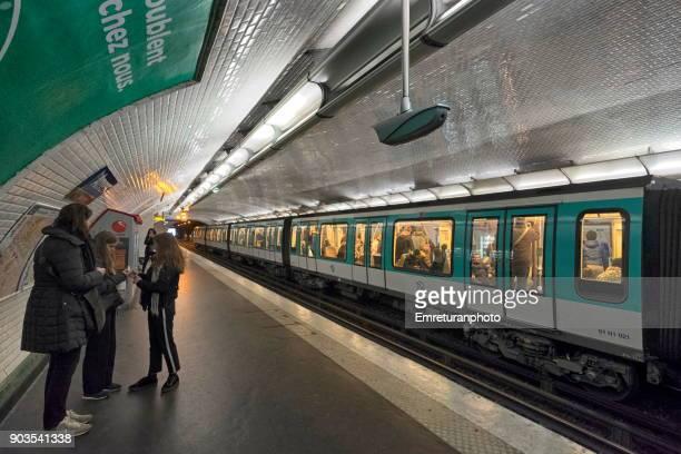 subway station with waiting passengers and train at anvers,paris. - emreturanphoto fotografías e imágenes de stock