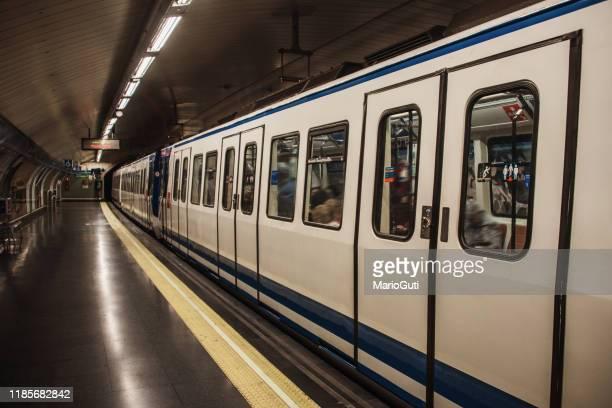 駅の地下鉄電車 - 地下鉄駅 ストックフォトと画像
