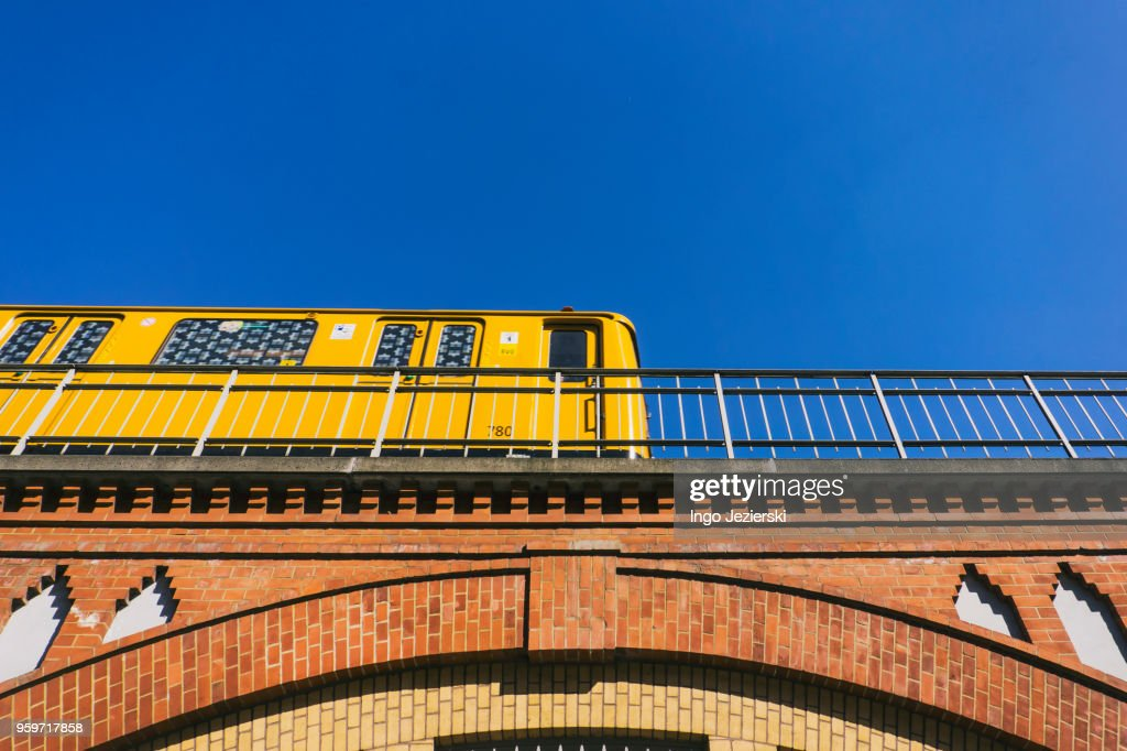 Subway train leaving station : Stock-Foto