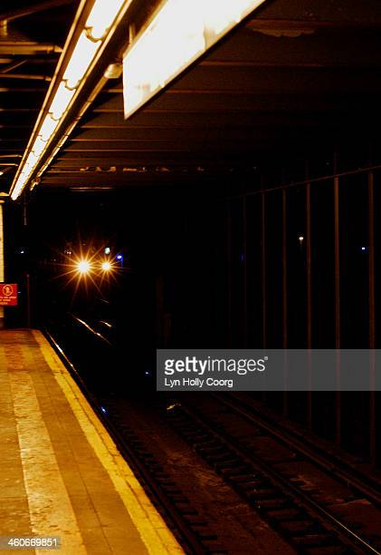 subway train lights coming into subway - lyn holly coorg photos et images de collection