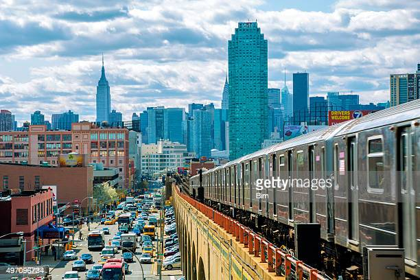 subway train speeding on elevated track in queens, new york - queens new york city stock pictures, royalty-free photos & images