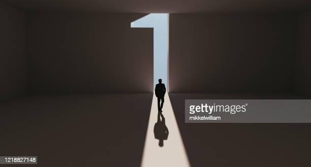 成功的人誰到達第一位,從人群中脫穎而出 - 獲勝 個照片及圖片檔
