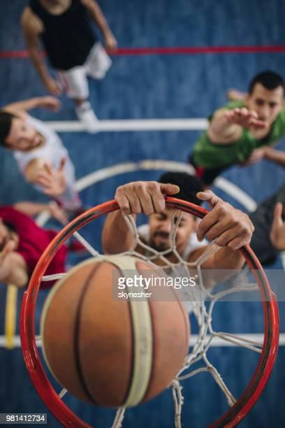 success in slam dunk! - segnare foto e immagini stock
