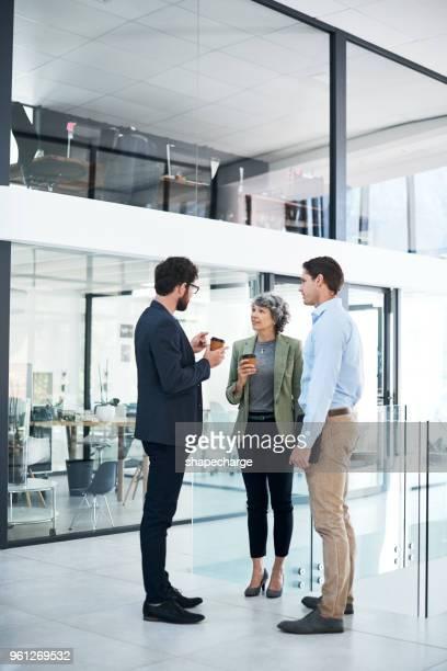 succes is altijd het onderwerp van discussie - koffiepauze stockfoto's en -beelden