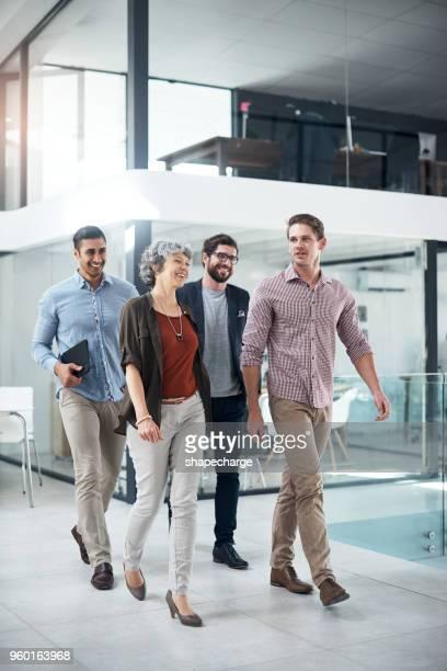 succes blijft in beweging in dit kantoor - gemengde leeftijdscategorie stockfoto's en -beelden