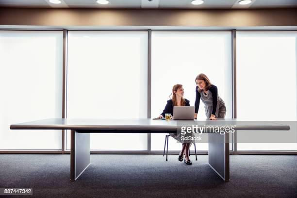 empresarias de éxito y confianza - ancho fotografías e imágenes de stock