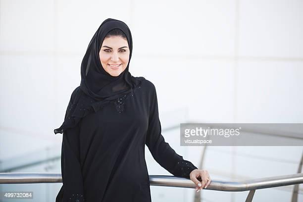 Erfolgreiche arabische Geschäftsfrau außerhalb Bürogebäude