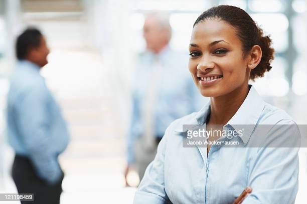executive business di successo con i vostri colleghi sul retro - rappresentare foto e immagini stock