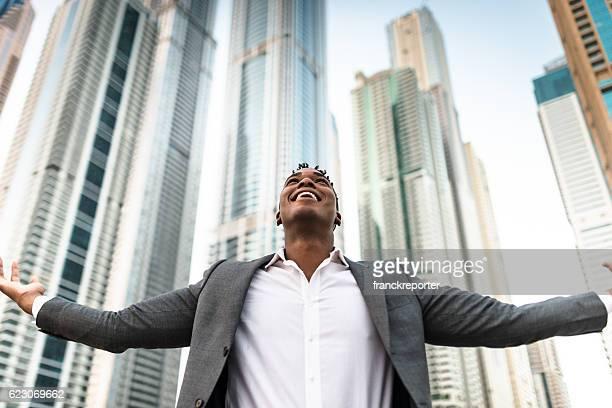 Erfolgreiche business-Mann gegen die Wolkenkratzer