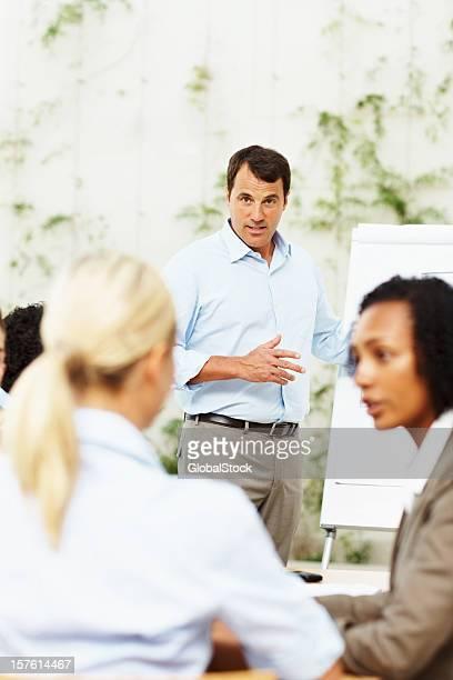 Succès Homme d'affaires donnant la présentation de son équipe