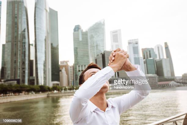 succesvolle business man geluk in de stad - menselijke ledematen stockfoto's en -beelden