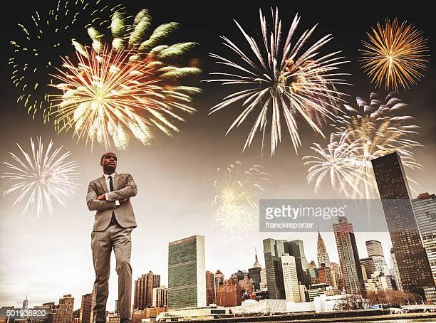 Exitoso hombre de negocios en la ciudad de Nueva York con fuegos artificiales