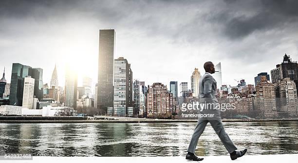 Erfolgreiches business Mann Wegsehen auf die skyline