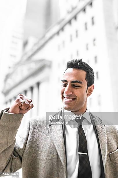 Erfolgreiche business-Mann mit Daumen hoch