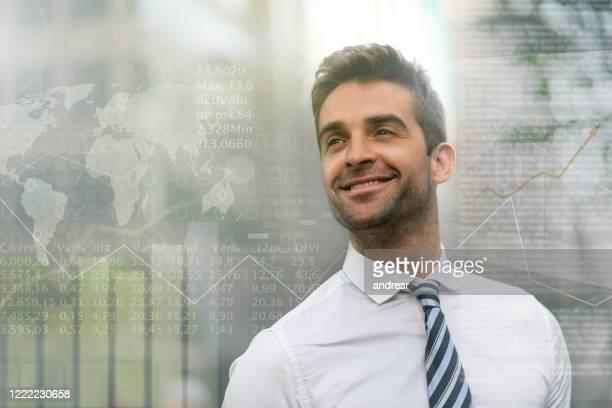 homem de negócios bem-sucedido trabalhando no mercado global de ações - finanças e economia - fotografias e filmes do acervo