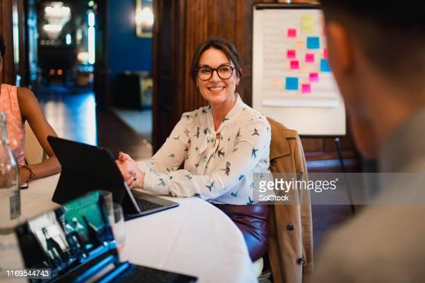 erfolgreiches business meeting - thinking outside the box englische redewendung stock-fotos und bilder