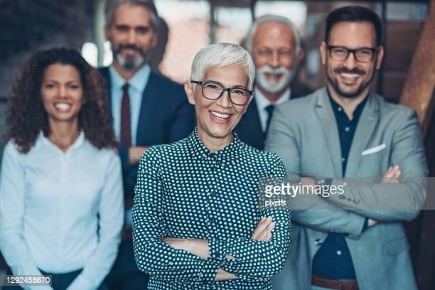 succesvolle teamleiders - 50 59 jaar stockfoto's en -beelden