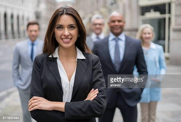 Mulher de Negócios bem sucedido, liderando um grupo