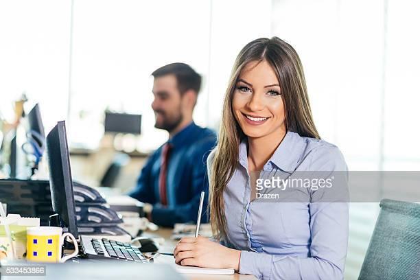 Mujer de negocios de éxito en oficina, orgulloso de los resultados más recientes