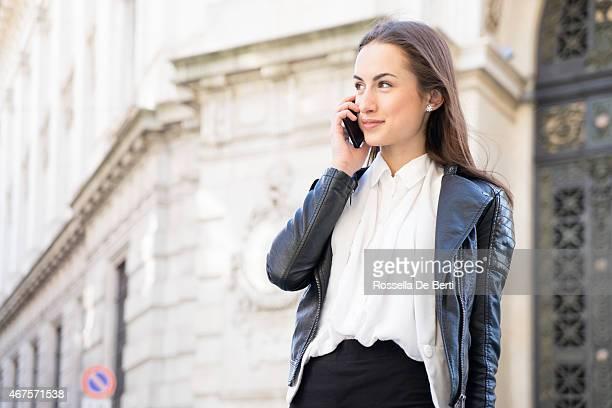 Erfolgreiche Geschäftsfrau am Telefon In der urbanen Landschaft