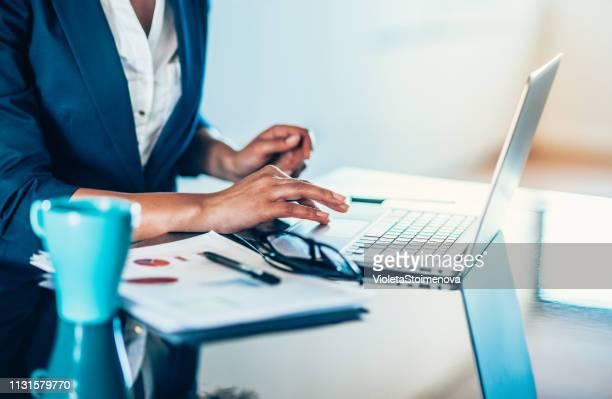 成功したビジネスウーマン - report document ストックフォトと画像