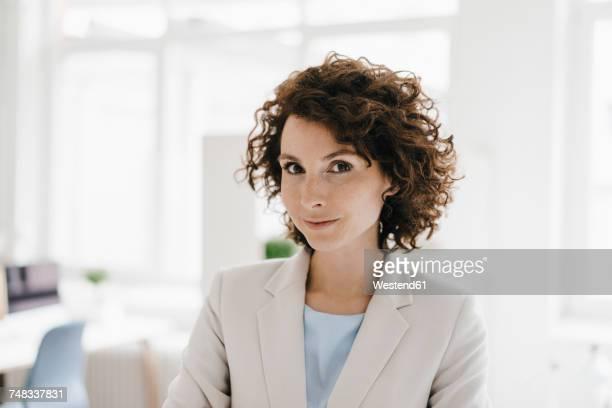 successful businesswoman, portrait - trabalhadora de colarinho branco imagens e fotografias de stock
