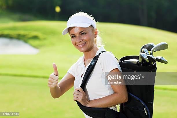 Exitosa mujer jugador de golf mostrando muy bien.