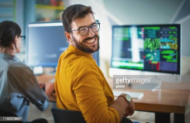 erfolgreicher it-entwickler. - gelb stock-fotos und bilder