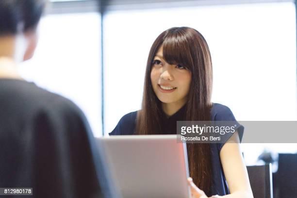 近代的なオフィスに成功した日本の実業家
