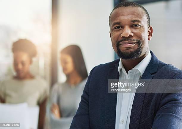 successful leaders build successful teams - zwart pak stockfoto's en -beelden
