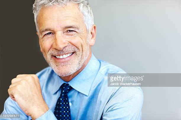 successful mature business man smiling - copyspace - betrouwbaar stockfoto's en -beelden