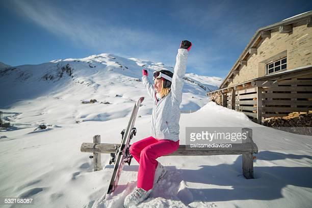 Succès de skieur sur les pistes de ski, près de chalet d'hiver