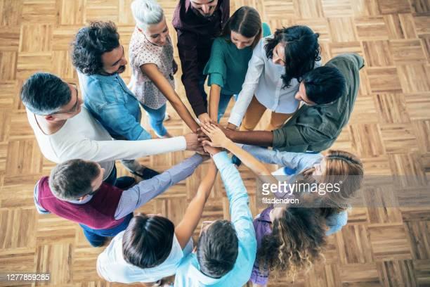 successful teamwork - coinvolgimento dei dipendenti foto e immagini stock