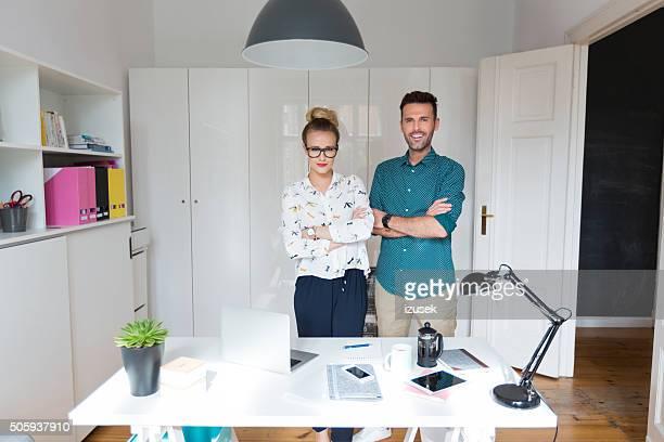 Erfolgreiche Frau und Mann in ein office