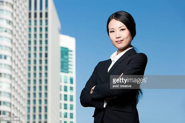 成功した若いアジアビジネスウーマン