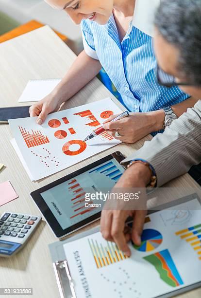 successo giovani imprenditori analisi di mercato dati in ufficio - composizione verticale foto e immagini stock