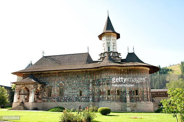sucevita monastery - moldavia fotografías e imágenes de stock