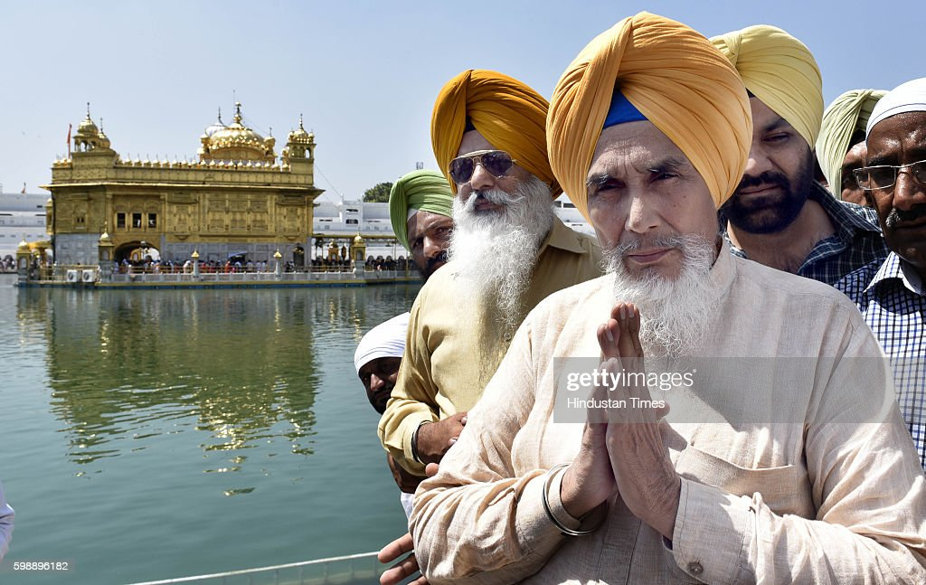 Sucha Singh Chhotepur former Punjab AAP convener along with his supporters paying obeisance at Golden Temple on September 3 2016 in Amritsar India...