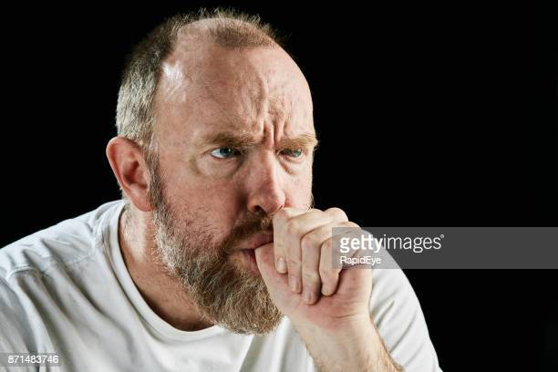 chupar o dedo, um homem maduro, barbado glowers ameaçador - chupando dedo - fotografias e filmes do acervo
