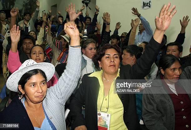 La indigena Quechua Silvia Lazarte participa de una votacion durante una reunion de asambleistas el 04 de agosto de 2006 donde fue elegida como...