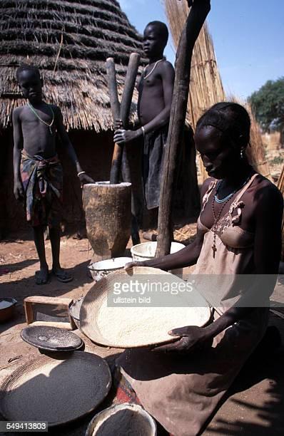 cooking Dinka women in Malwal Akon