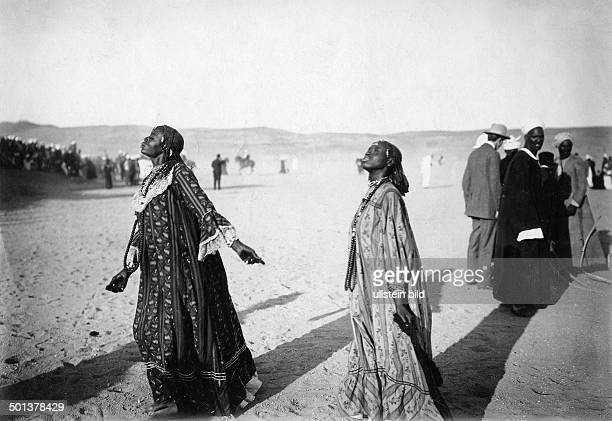 three women singing to the Crown Princess