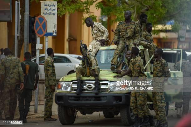 Sudanese army soldiers gather as supporters of Islamist movements rally in front of the Presidential Palace in downtown Khartoum on May 18, 2019. -...