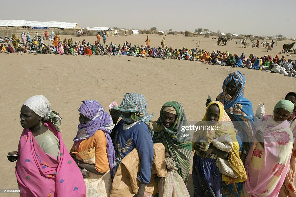 Sudanese displaced people wait to receiv : News Photo