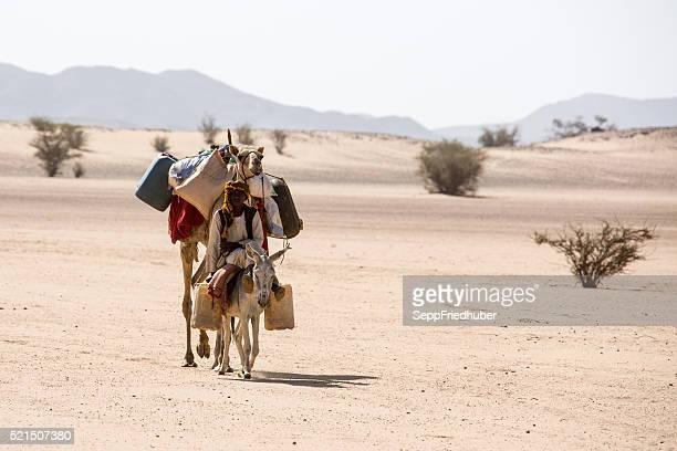 Sudanés Las alfombrillas Nomad en el desierto nesr Karima