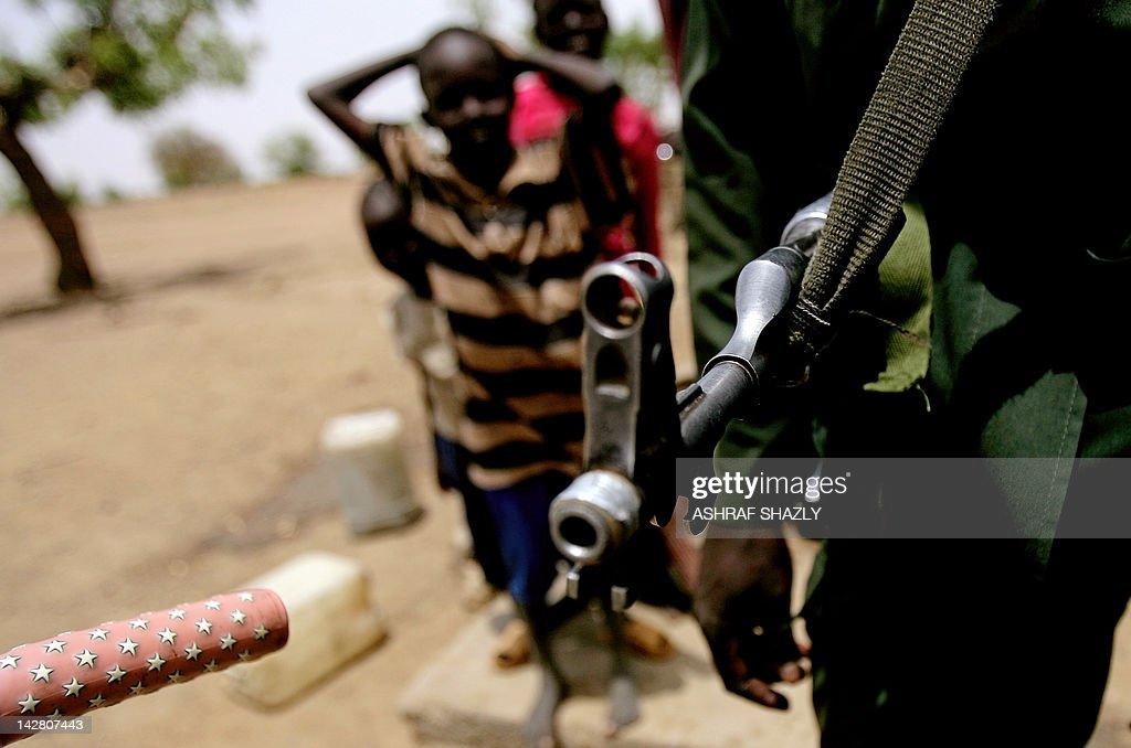 A Sudanese soldier patrols following cla : Photo d'actualité