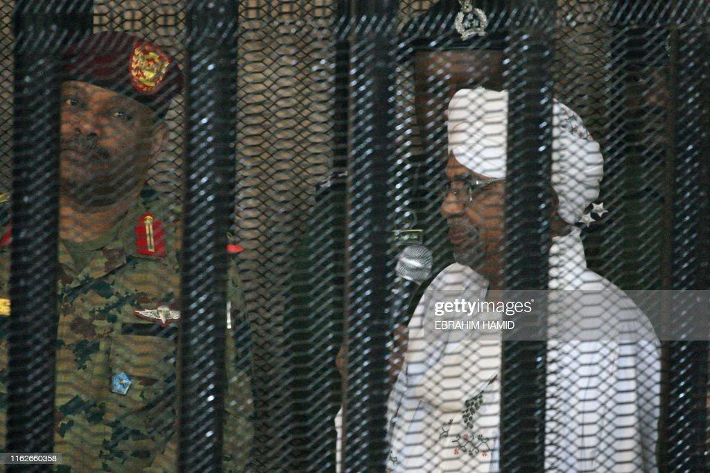 TOPSHOT-SUDAN-UNREST-POLITICS-BASHIR-TRIAL : News Photo